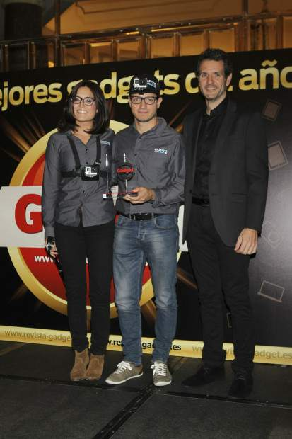 Nuria Mirosa (Media & Communication de KP Sport) y Ricard Soriano (Design & Communication de KP Sport), recogen el Premio Innovación de manos de David Bravo, Director de Gadget
