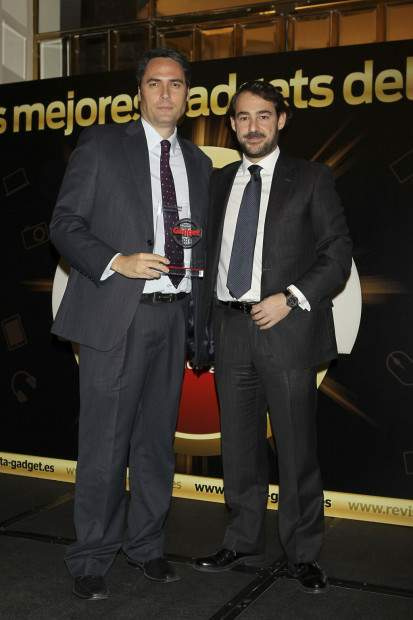 José María Zamora, Director General De Marketing de LG, recibe el Premio Smartphone Premium de manos de Juan Manuel Martín-Moreno, Director General de Grupo V